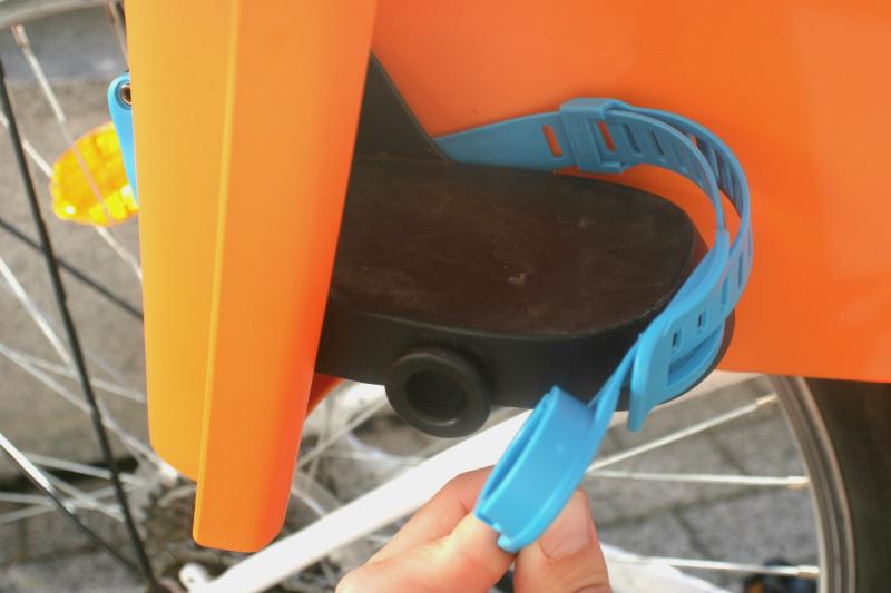 Fotelik rowerowy Thule RideAlong - zabezpieczenie stóp dziecka.
