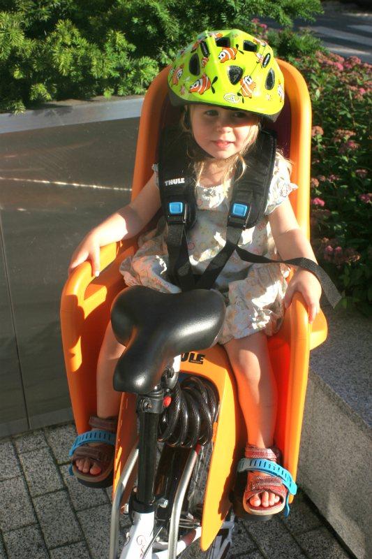 Fotelik rowerowy Thule RideAlong - pozycja dziecka.