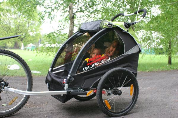 Przyczepka rowerowa Burley D'Lite oferuje dzieciom dużo miejsca w środku