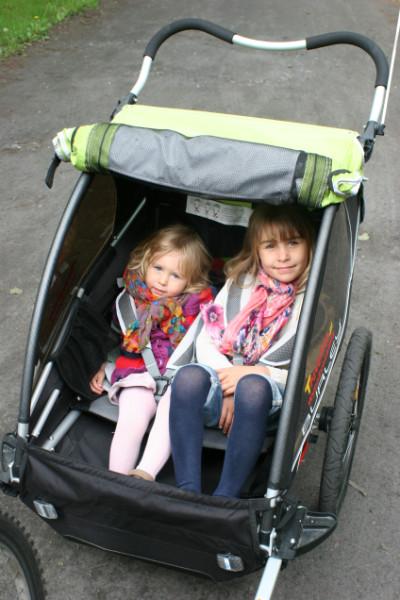 Dzięki wyprofilowanym bokom w przyczepce Burley D'Lite zmieszczą się duże dzieci.