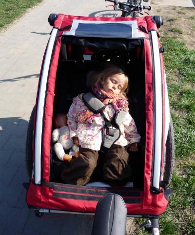 Drzemiące dziecko w przyczepce Nordic Cab Explorer.